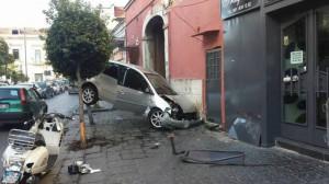 Guarda la versione ingrandita di Caivano, incidente choc: auto incastrata tra palo e muro