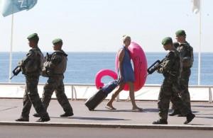 Guarda la versione ingrandita di Cannes, sos terrorismo: niente borse e valigie in spiaggia (foto Ansa)