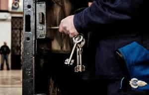 Bolzano, alta tensione in carcere: detenuti violenti, dall'esterno droga e cellulari