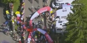 Tour de France, crolla arco gonfiabile: corridori bloccati