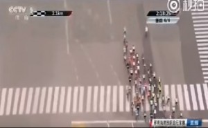 Guarda la versione ingrandita di YOUTUBE Ciclismo, pedone attraversa mentre passa la corsa: arrestato