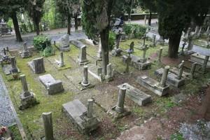 Guarda la versione ingrandita di Pordenone: pulisce tomba di famiglia, lastra cede e precipita...