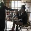 Cina, figlio schizofrenico: genitori lo chiudono in una gabbia FOTO 3