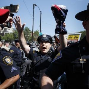 Guarda la versione ingrandita di Cleveland, tensioni fuori sede convention: arresti e 2 poliziotti feriti