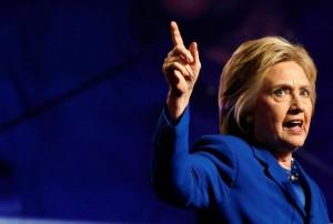 """Hillary Clinton sicura: """"007 russi dietro hacker. Imbarazzante Trump"""""""