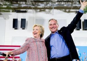 Guarda la versione ingrandita di Hillary Clinton ha scelto il vice: Tim Kaine, cattolico, parla spagnolo...Nella foto Ansa i due candidati democratici dopo l'annuncio