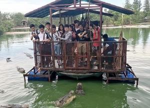 Coccodrilli circondano turisti su zattera7