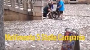 YOUTUBE Certosa di Padula, disabile costretta a camminare carponi su scalinata