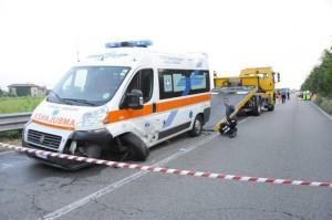 Moto contro ambulanza:  schianto frontale, muore centauro
