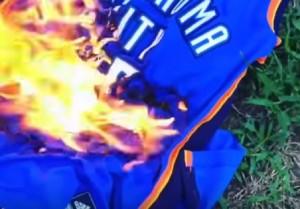 Guarda la versione ingrandita di YOUTUBE Kevin Durant ai Golden State: fan bruciano maglietta