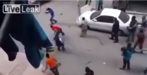 Guarda la versione ingrandita di VIDEO YOUTUBE Tenta di decapitare la moglie in strada: fermato dalla folla