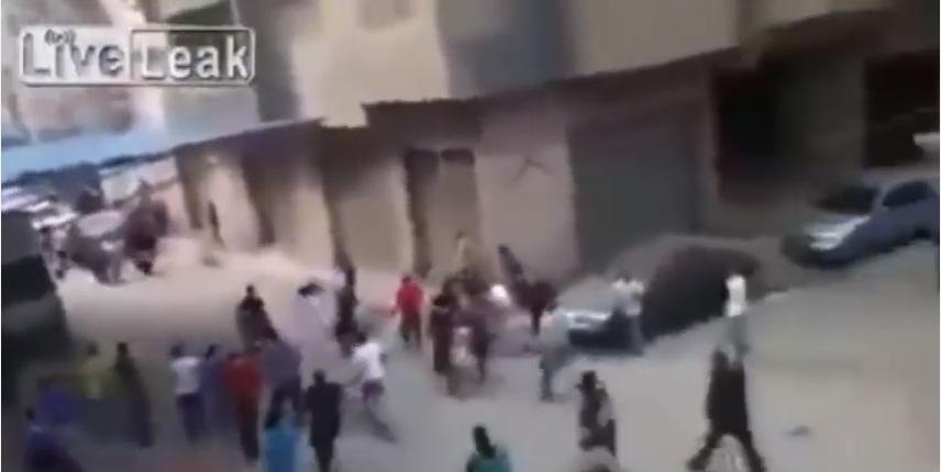 VIDEO YOUTUBE Tenta di decapitare la moglie in strada: fermato dalla folla