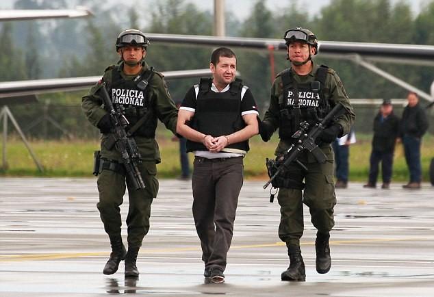 """Colombia: narcotrafficante """"El Loco"""" brucia suoi polpastrelli con acido3"""