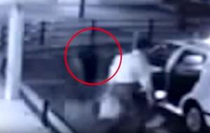 Guarda la versione ingrandita di YOUTUBE Fantasma in Giappone? Misteriosa figura sale su taxi