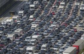 Francia, controlli antiterrorismo alla frontiere: 15 ore di fila a Dover FOTO