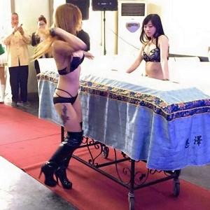 "YOUTUBE Spogliarelliste al funerale, la moglie: ""Amava le donne..."""