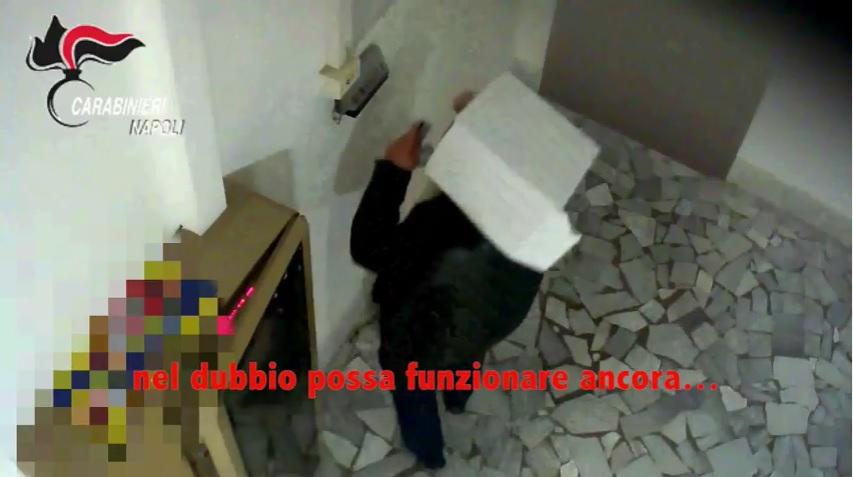 Napoli, furbetti del cartellino: scatola di cartone in testa per non farsi riconoscere...