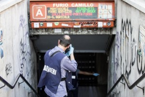 Guarda la versione ingrandita di I rilievi della polizia subito dopo la morte del piccolo Marco nella metro Furio Camillo a Roma ANSA