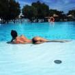 Claudia Galanti sdraiata in piscina: FOTO fa impazzire i fan