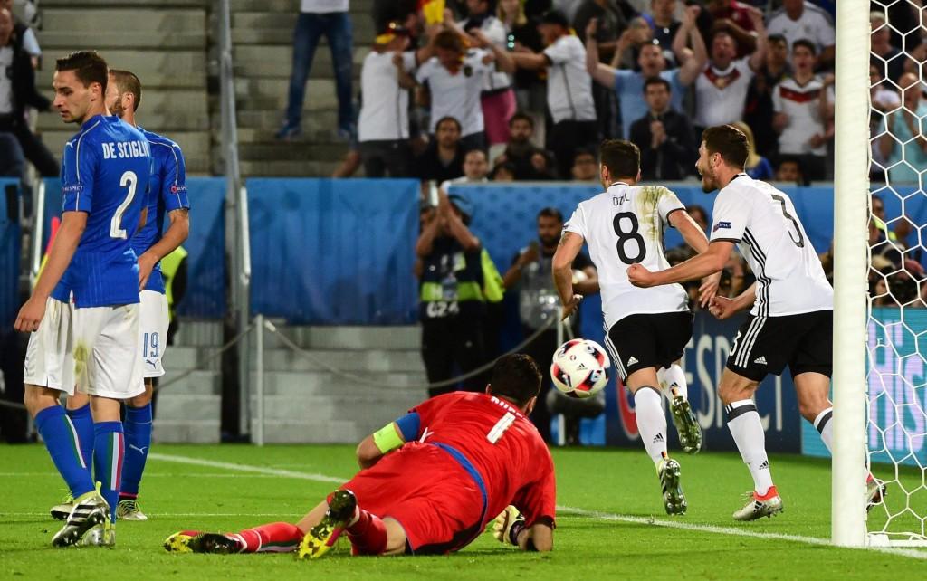 Germania batte Italia 7-6 (pt 0-0; st 1-1; pts 1-1, sts 1-1; rigori 6-5) e si qualifica alle semifinali di Euro 2016 di Euro 2016 ITALIA (3-5-2): Buffon 8, Barzagli 6.5, Bonucci 7, Chiellini 7 (16' sts Zaza 5), Florenzi 6.5 (41' st Darmian 6), Sturaro 6.5, Parolo 7, Giaccherini 7, De Sciglio 7, Pelle' 7.5, Eder 6.5 (2' sts Insigne 6.5) (12 Sirigu, 13 Marchetti, 5 Ogbonna, 16 De Rossi, 6 Candreva, 21 Bernardeschi, 22 El Shaarawy, 11 Immobile) All.: Conte 7.5 GERMANIA (4-2-3-1): Neuer 7 Hoewedes 6, Boateng 7, Hummels 5.5, Hector 7, Khedira sv (15' pt Scwheinstiger 6.5), Kroos 7, Ozil 7, Kimmich 7, T. Mueller 6.5, Gomez 7 (26' st Draxler 6.5) (12 Leno, 22 Ter Stegen, 2 Mustafi, 14 Emre Can, 16 Tah, 9 Schuerrle, 15 Weigl, 20 Sane, 10 Podolski, 19 Goetze). All.: Loew 7 Arbitro: Kassai (Ung) 5 Reti: nel st 20' Ozil, 32' Bonucci su rigore Angoli: 7 a 5 per la Germania Recupero: 1' e 3'; 0 e 0 Note: ammoniti per proteste Sturaro, per gioco falloso De Sciglio, Parolo, Pelle', Hummels e Schweinstiger, per comportamento non regolamentare Giaccherini *** I GOL: 20' st: Gomez prende sulla trequarti il pallone sbucciato da Florenzi, va sulla fascia e temporeggia, poi taglia per l'accorrente Hector sfuggito ancora a Florenzi, sul cross in mezzo il tocco di Bonucci non impedisce a Ozil di battere in corsa Buffon 32' st; cross di Florenzi, su Chiellini Boateng salta a braccia aperte e fa fallo che Kassai fischia. Bonucci alla rincorsa mentre Neuer saltella, ma e' 1-1 Sequenza rigori: Insigne, realizzato; Kroos, realizzato; Zaza, sbagliato; Mueller, parato; Barzagli, realizzato; Ozil, sbagliato; Pelle', sbagliato; Draxler, realizzato; Bonucci, parato; Schweinstiger, sbagliato; Giaccherini, realizzato; Hummels, realizzato; Parolo, realizzato; Kimmich, realizzato; De Sciglio, realizzato; Boateng, realizzato; Darmian, parato; Hector, realizzato.