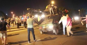 Guarda la versione ingrandita di Golpe Turchia, civili sfidano militari e carri armati a petto nudo FOTO