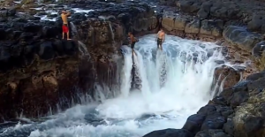 """YOUTUBE Hawaii, si buttano nella """"piscina della morte"""" e rischiano la vita"""