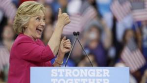 Guarda la versione ingrandita di Hillary Clinton, violate mail campagna. Fbi indaga hacker russi. Dopo appello choc di Trump...