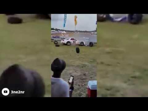 Trinidad e Tobago, auto da corsa si schianta contro tribuna