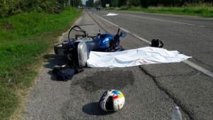 Guarda la versione ingrandita di Ferrara, incidente moto-bici su Adriatica: 2 morti