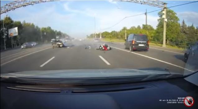 VIDEO YOUTUBE Mosca, il terribile schianto tra auto e moto 5