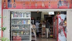 Un negozio di liquori in India