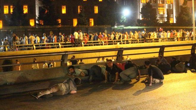 Turchia, fallito golpe, come la gente cercava rifugio nelle sparatorie Nella FOTO, sparatoria in corso nella notte a Istanbul gente al riparo del gard rail