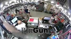 Attentato Istanbul, turisti fuggono da uomo armato di Ak47