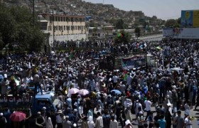 Kabul, kamikaze Isis si fa esplodere in corteo: 80 morti