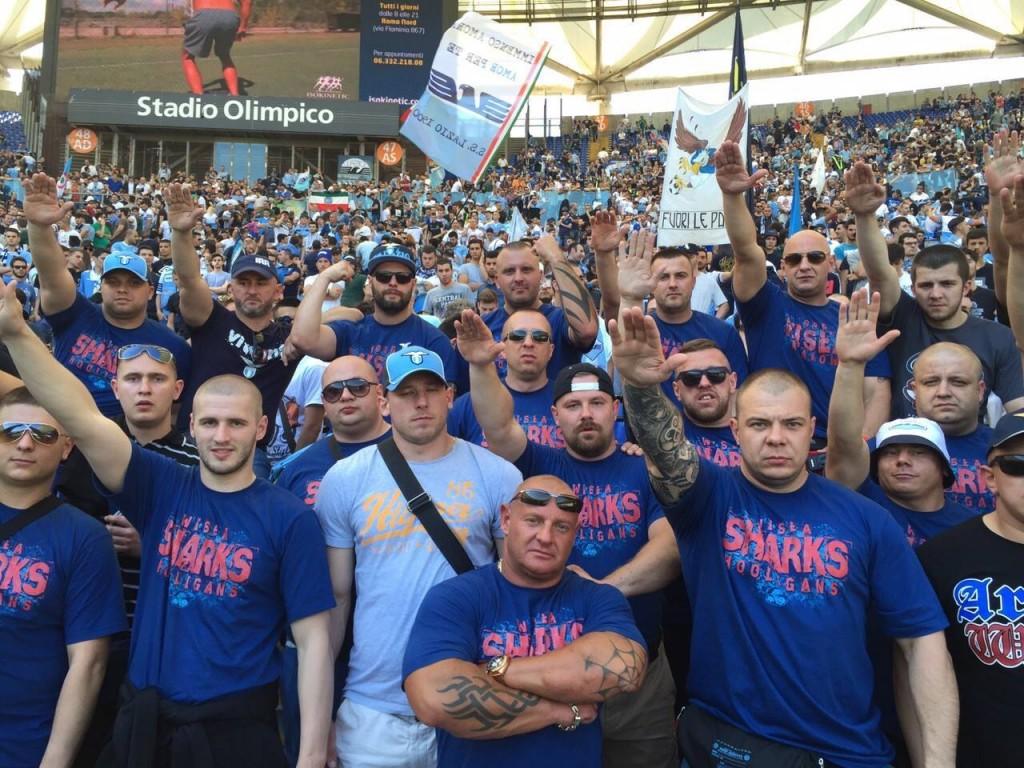 """Fascisti polacchi (gli """"Sharks"""" di Cracovia) nella curva della Lazio, che si gemella con estremisti di destra in tutta Europa"""