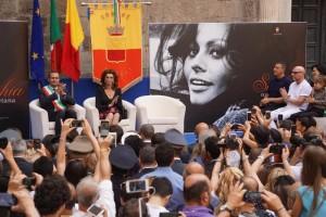 Sophia Loren a Napoli dove le è stata conferita la cittadinanza onararia da parte del sindaco Luigi de Magistris (Ansa)