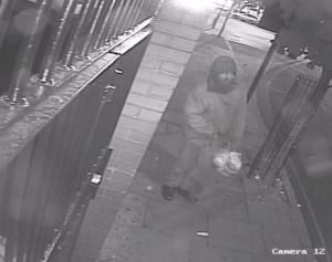 YOUTUBE Lancia maiale putrefatto contro una moschea a Londra