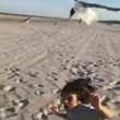 Bambino dà da mangiare ai gabbiani, ma loro lo attaccano