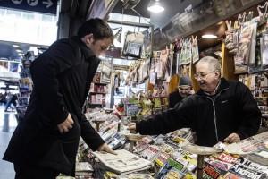 Guarda la versione ingrandita di Matteo Renzi compra giornali in edicola, almeno lui ANSA/ ANGELO CARCONI
