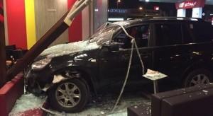 Guarda la versione ingrandita di Schiaccia acceleratore anziché freno: suv nel McDonald's, 2 morti