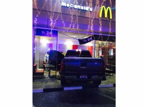 Schiaccia acceleratore anziché freno: suv nel McDonald's, 2 morti 3