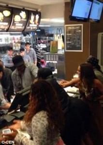 Guarda la versione ingrandita di YOUTUBE Due donne litigano con staff McDonald's ad Amsterdam