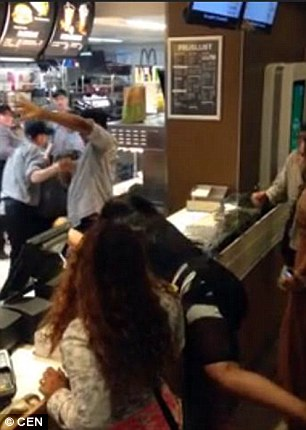 Due donne litigano con staff McDonald's ad Amsterdam7