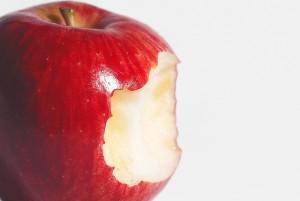 Cordenons (Pordenone), bimbo ingoia pezzo di mela e muore soffocato