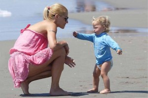 Guarda la versione ingrandita di Michelle Hunziker di nuovo incinta? Intanto al mare rimane senza…VIDEO