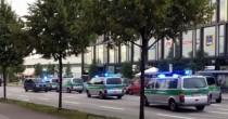 YOUTUBE Monaco di Baviera, le persone in fuga dal centro commerciale