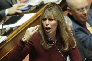 """Alessandra Mussolini si dà alla pittura: """"Dipingo per terra, con la tela in orizzontale"""""""