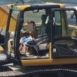 Portici, FOTO CHOC il bambino guida una pala meccanica