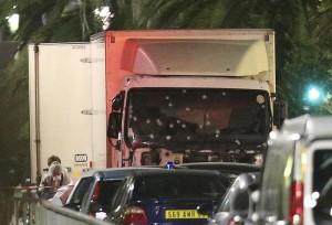 """Attentato Nizza, reporter turco: """"Camion aveva freni guasti..."""""""