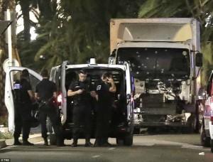 Nizza VIDEO inedito, camion arriva sulla folla che sente concerto
